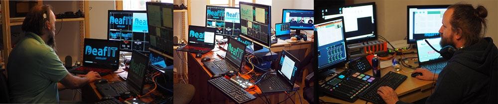 Das Technikstudio im Allgäu für den Live-Stream der DeafIT Konferenz. DeafIT Mitglied Leif Möhr vor den Monitoren (links) Technik-Equipment (mitte) und DeafIT Leader Florian Erfurth vor den Monitoren (rechts)