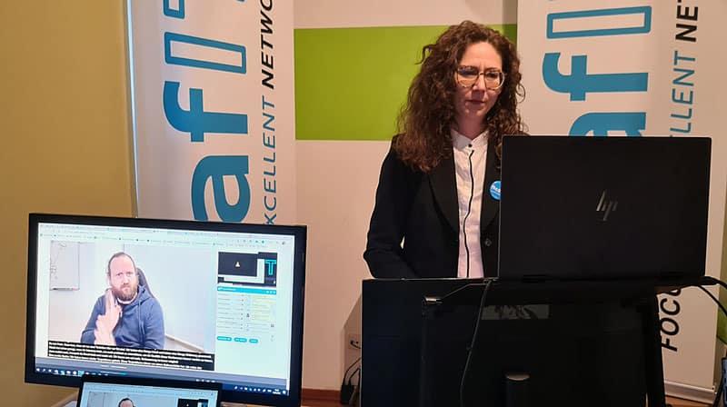 DeafIT Team Leader Florian Erfurth (links im Live-Stream Bild) Nicole Weißkopf (rechts im Bild hinter den Monitoren)